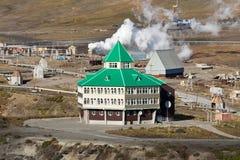 在地热动力火车疆土的旅馆大厦在堪察加 免版税库存照片