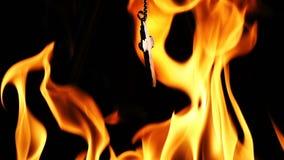 在地狱火的基督徒宗教标志十字架 股票视频
