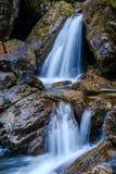 在地狱Pekel峡谷的小瀑布 免版税库存图片