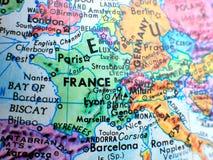 在地球地图的法国焦点宏观射击旅行博克、社会媒介、网站横幅和背景的 免版税库存图片