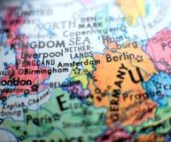 在地球地图的阿姆斯特丹焦点宏观射击旅行博克、社会媒介、网站横幅和背景的 免版税库存照片