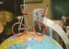 在地球地球的模型的微型自行车  库存图片