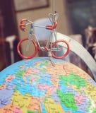在地球地球的模型的微型自行车  免版税库存照片