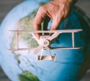在地球地球附近的木式样葡萄酒飞机飞行 免版税库存照片