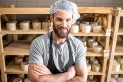 在地窖的乳酪制造商 库存照片