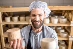 在地窖的乳酪制造商 库存图片