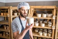 在地窖的乳酪制造商 图库摄影
