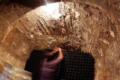 在地窖的瓶一wineyard的在宽马略卡海岛  免版税库存照片