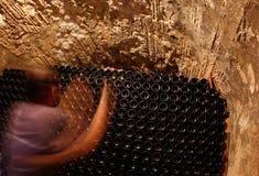 在地窖的瓶一wineyard的在马略卡海岛  免版税库存照片