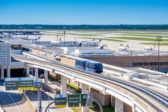 在地线接线柱连接的电车上在IAH机场 库存图片