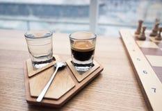 在地道木立场的咖啡杯 库存照片