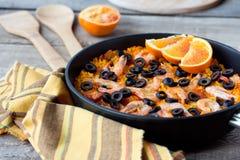 在地道铁平底锅的传统海鲜西班牙肉菜饭 图库摄影