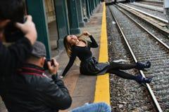 在地铁平台边缘的性感的式样开会  图库摄影