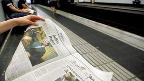 在地铁报纸的妇女读书在慢动作 影视素材