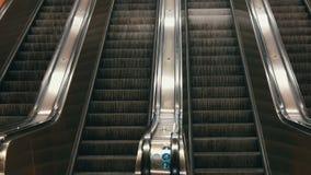 在地铁的大现代自动扶梯 没有人的离开的自动扶梯四条车道的移动上上下下 股票视频