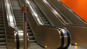 在地铁的大现代自动扶梯 没有人的离开的自动扶梯四条车道的移动上上下下 影视素材