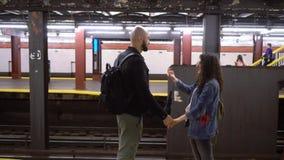 在地铁的年轻夫妇 股票录像