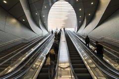 在地铁的自动扶梯在巴黎 免版税图库摄影