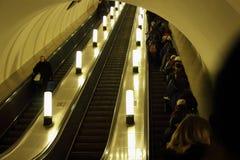 在地铁的运作的自动扶梯 图库摄影