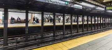 在地铁站华尔街的人等待 免版税图库摄影