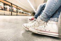 在地铁站的女孩等待的火车在工作以后 库存图片