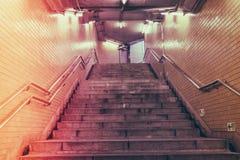 在地铁站的楼梯 (被过滤的图象被处理的葡萄酒 库存图片