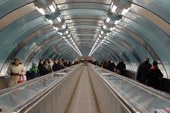 在地铁站的Sportivnaya涅瓦河下打开了有300米travelator的新的地下过道2015年5月27日 图库摄影