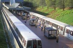 在地铁线的高峰时间-地铁在洛克维尔,马里兰把Grosvenor驻地留在 免版税图库摄影