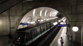在地铁车站的火车在巴黎 影视素材