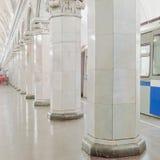 在地铁车站的火车 库存图片