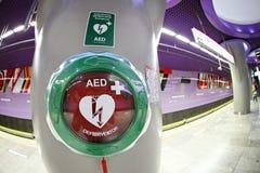 在地铁车站的自动外在去纤颤器在华沙 库存图片