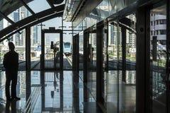 在地铁车站迪拜的平台 免版税库存照片