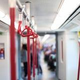 在地铁里面 在地铁的红色扶手栏杆 库存照片
