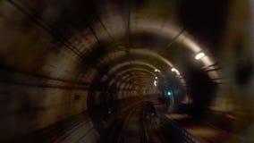 在地铁隧道视图的移动的火车从客舱 股票录像