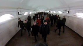 在地铁,人人群的高峰时间地下段落的 股票视频