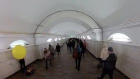 在地铁,人人群的高峰时间地下段落的 影视素材