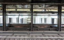 在地铁stationAtlantc大道的火车在纽约 免版税库存图片