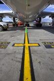 在地面上为服务的大喷气机飞机 库存图片