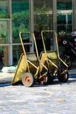 在地面上停放的建筑推车 免版税库存图片