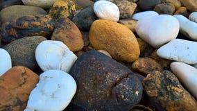 在地面上分层堆积的岩石 免版税库存图片