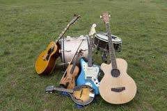 在地面上堆的各种各样的乐器 免版税库存图片