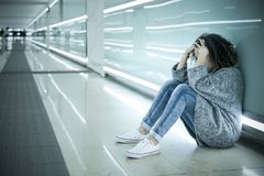 在地面上安装的孤独和哀伤的女孩 库存照片