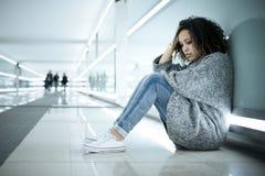 在地面上安装的孤独和哀伤的女孩 图库摄影
