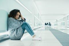 在地面上安装的孤独和哀伤的女孩 免版税库存照片