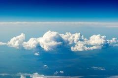 在地面上的一朵大蓝色云彩 免版税库存图片