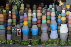 在地面上的五颜六色的泥罐 旅游艺术和工艺市场 可视巴厘岛美丽的印度尼西亚海岛kuta人连续形状日落的城镇 免版税库存图片