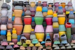 在地面上的五颜六色的泥罐 旅游艺术和工艺市场 Ubud在巴厘岛,印度尼西亚 免版税库存照片