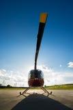 从在地面上的前面看见的直升机 免版税图库摄影