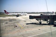 在地面上的土耳其航空飞机 图库摄影