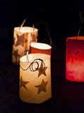 在地面上的圣诞前夕灯笼 免版税库存图片